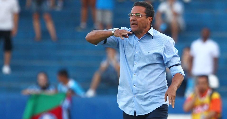 06.fev.2013 - Vanderley Luxemburgo, treinador do Grêmio, gesticula durante a partida contra o São José, pelo Campeonato Gaúcho