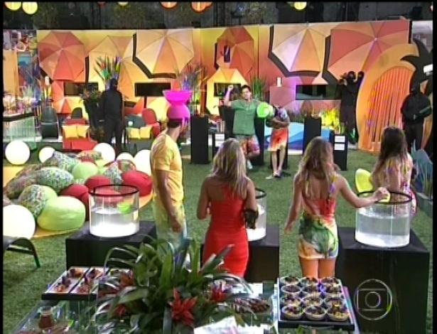 06.fev.2013 - Vetados por Fernanda, Nasser e Ivan vencem desafio, salvam Fani, e disputarão prova do líder