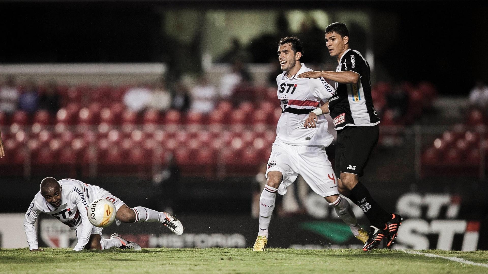 06.fev.2013 - Zagueiro Rhodolfo (dir), do São Paulo, tenta jogada durante a partida contra a Ponte Preta, pela sexta rodada do Paulistão