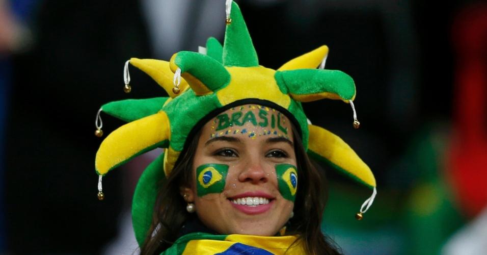 06.fev.2013- Caracterizada, torcedora brasileira aguarda início de amistoso entre Brasil e Inglaterra, em Wembley