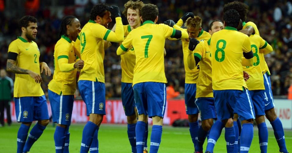 06.fev.2013- Jogadores da seleção dançam para comemorar gol de Fred no amistoso com a Inglaterra
