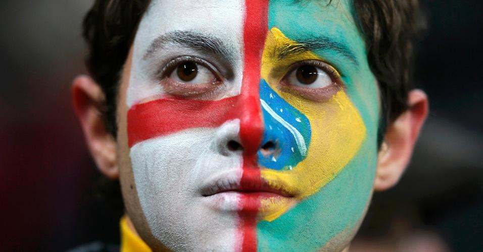 06.fev.2013- Jovem fica dividido na torcida em amistoso entre Brasil e Inglaterra, em Wembley