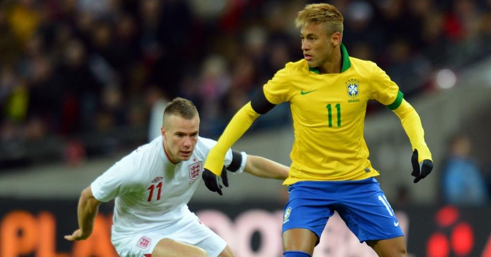 06.fev.2013- Neymar dribla Tom Cleverley durante amistoso entre Brasil e Inglaterra, em Wembley
