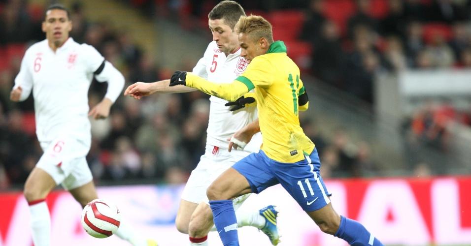 06.fev.2013- Neymar encara marcação de Cahill durante amistoso entre Brasil e Inglaterra