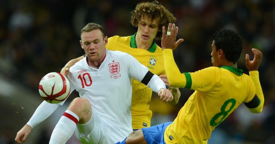 06.fev.2013- Paulinho e David Luiz tentam desarmar Rooney durante amistoso entre Brasil e Inglaterra, em Wembley