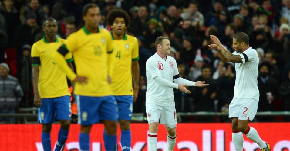 06.fev.2013- Rooney comemora com o zagueiro Glen Johnson o gol que marcou contra o Brasil no amistoso desta quarta-feira (06/02)