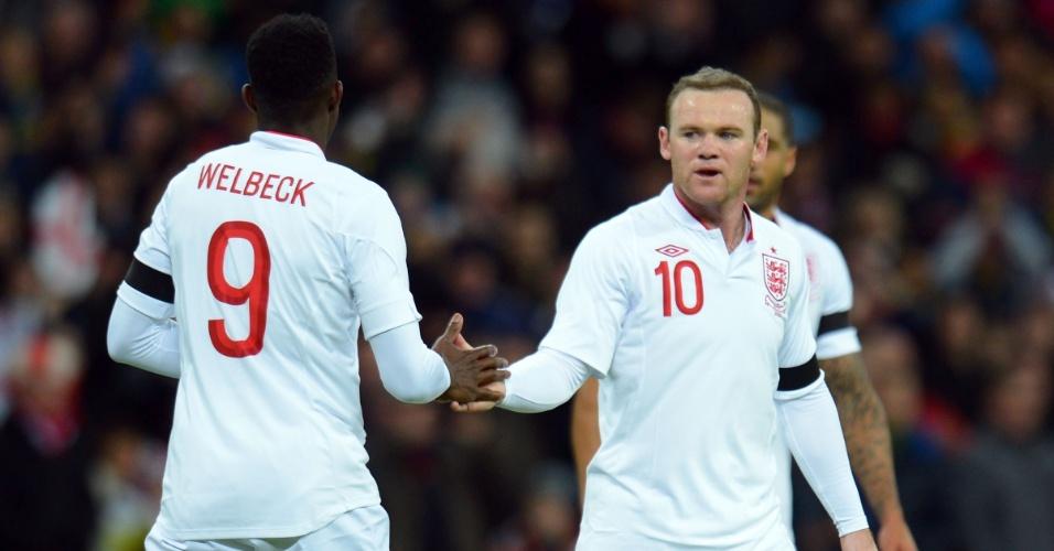 06.fev.2013- Rooney cumprimenta companheiro de ataque Danny Welbeck após marcar em amistoso contra o Brasil, em Wembley
