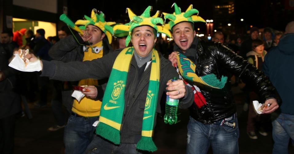 06.fev.2013- Torcedores brasileiros fazem festa nos arredores do estádio de Wembley antes do amistoso contra a Inglaterra