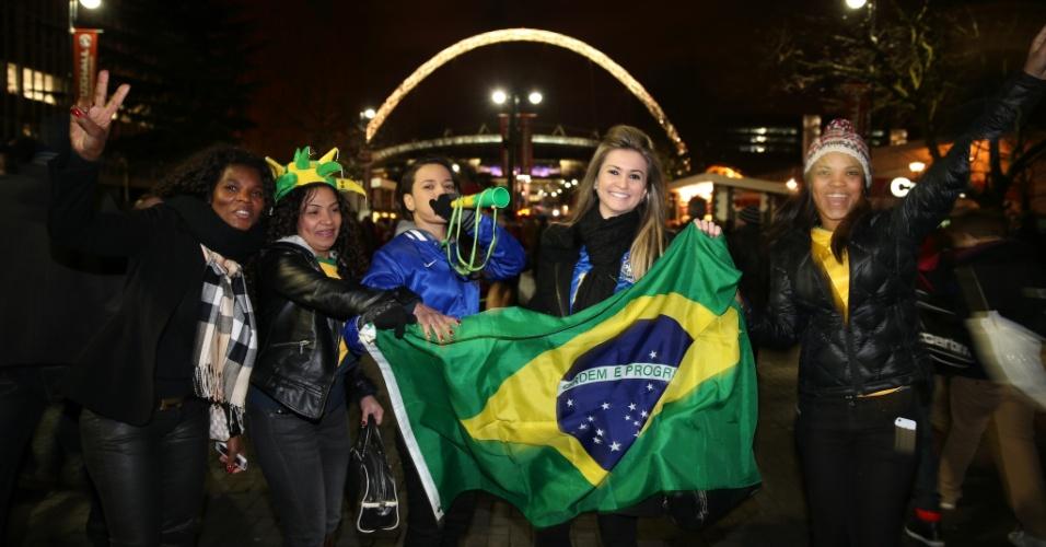 06.fev.2013-Torcedoras brasileiras chegam a Wembley para o amistoso com a Inglaterra