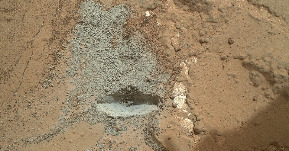 6.fev.2013 - A broca do Curiosity passou no seu primeiro teste e está pronta para perfurar as três rochas de Marte, previamente selecionadas pela Nasa (Agência Espacial Norte-Americana). O equipamento do robô fez uma espécie de raspagem do local e, portanto, não chegou a perfurar a superfície do planeta vermelho. O teste foi executado no 176º dia da missão, que corresponde ao último dia 2 de fevereiro