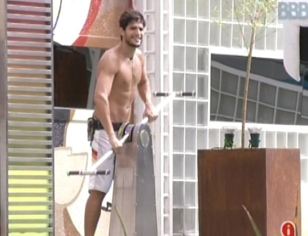 6.fev.2013 - André movimenta a manivela para gerar água quente aos brothers da casa