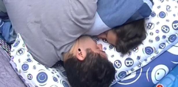 6.fev.2013 - Andressa e Nasser deitam juntos para tirar uma soneca depois do toque de despertar
