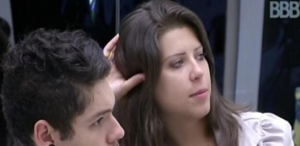 6.fev.2013 - Andressa e Nasser olham Fernanda se servindo de leite na cozinha e a paraense diz que a advogada é folgada