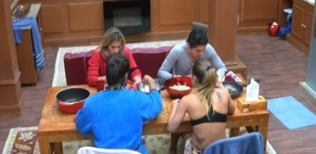 6.fev.2013 - Fani, Nasser, Eliéser e Natália almoçam na xepa, a cozinha do quarto biblioteca