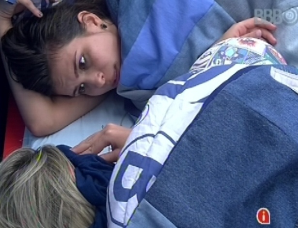 6.fev.2013 - Kamilla conta para Fernanda sobre pesadelo que teve durante a noite