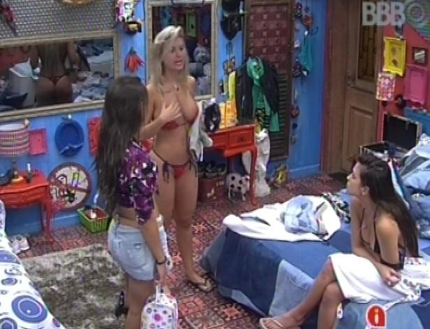 6.fev.2013 - Kamilla, Fernanda e Andressa conversam sobre homens da casa no quarto brechó