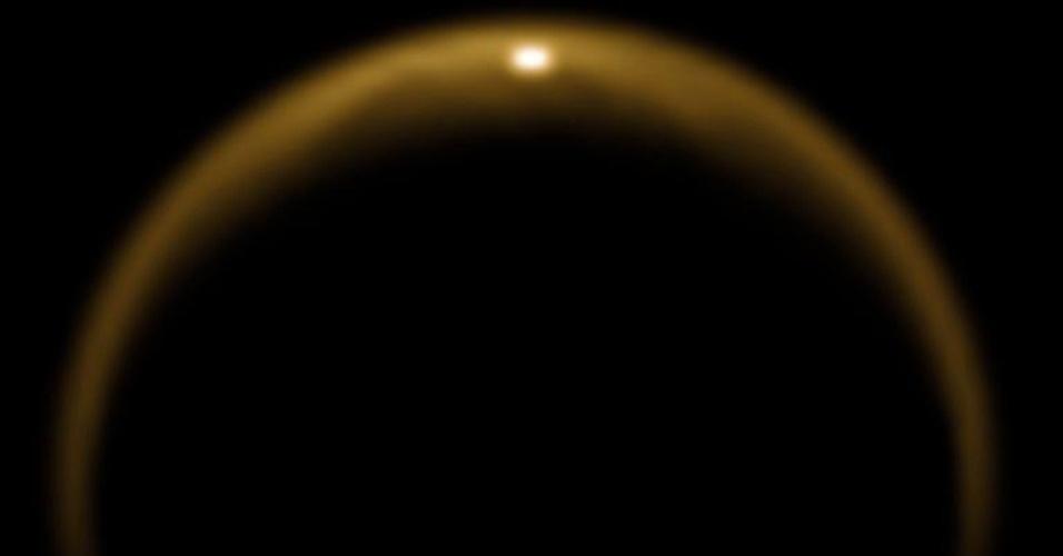 6.fev.2013 - O primeiro clarão de luz solar é refletido por um lago de Titã, uma das várias luas de Saturno, em um registro da sonda Cassini, da Nasa (Agência Espacial Norte-Americana). Batizado de  Kraken Mare, esse lago lunar cobre uma área de cerca de 400 mil quilômetros quadrados