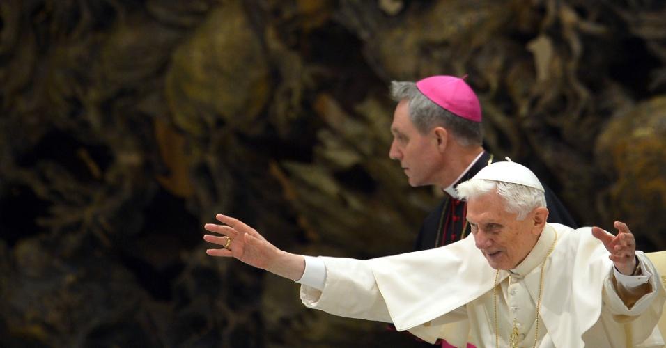 6.fev.2013 - Papa Bento 16 abençoa fiéis durante audiência geral semanal, no Vaticano