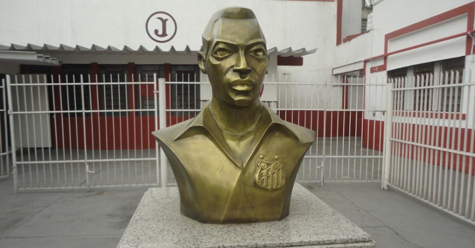 Estátua de Pelé em frente à entrada do Estádio Conde Rodolfo Crespi, a Rua Javari