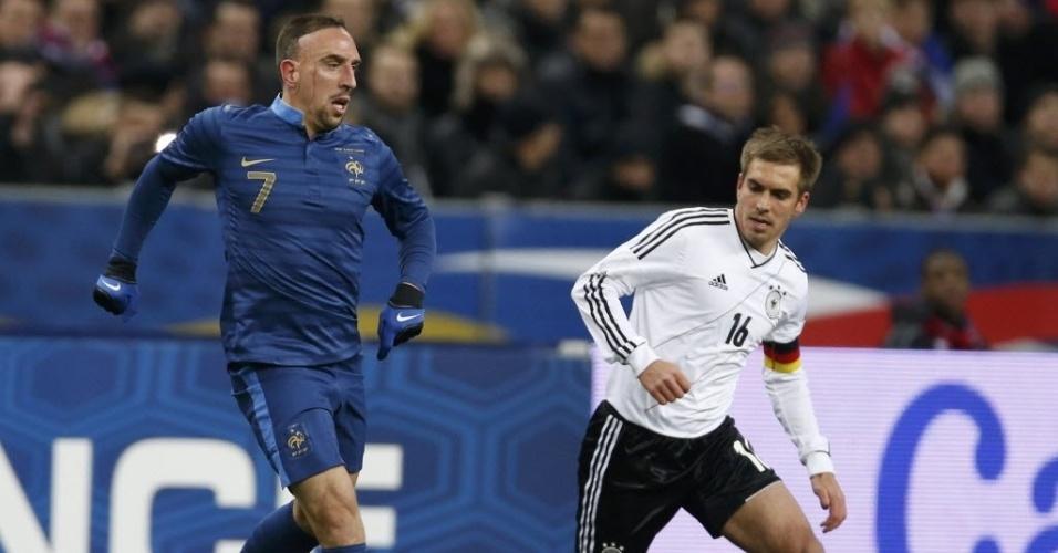 Franck Ribery (esq.), da França, disputa a bola com Philipp Lahm, da Alemanha, durante amistoso internacional