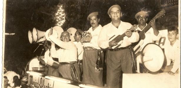 Trio Elétrico de Dodô e Osmar tocando em cima de caminhão durante micareta de Feira de Santana (BA), em 1952