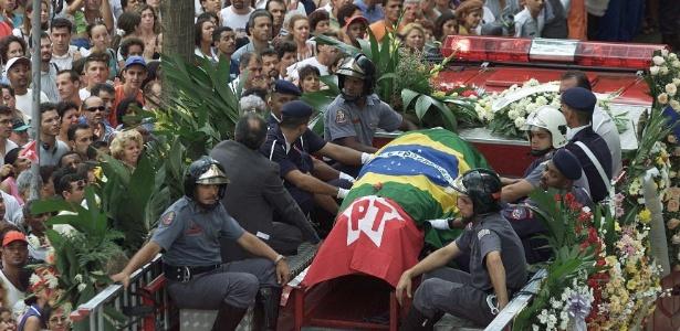 Saída do corpo do prefeito Celso Daniel, do PT, da Câmara Municipal de Santo André, em 2002
