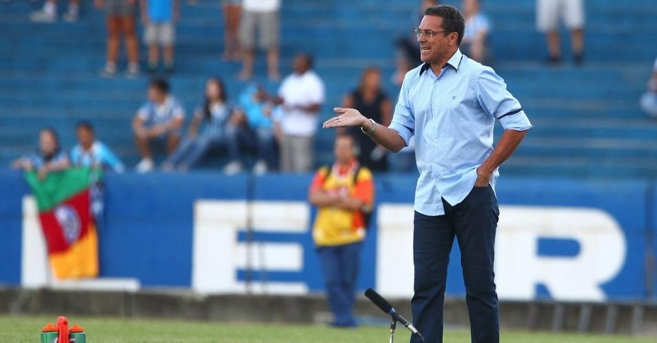 Técnico Vanderlei Luxemburgo comanda o Grêmio contra o São José-RS pelo primeiro turno do Gauchão no estádio Olímpico (06/02/2013)