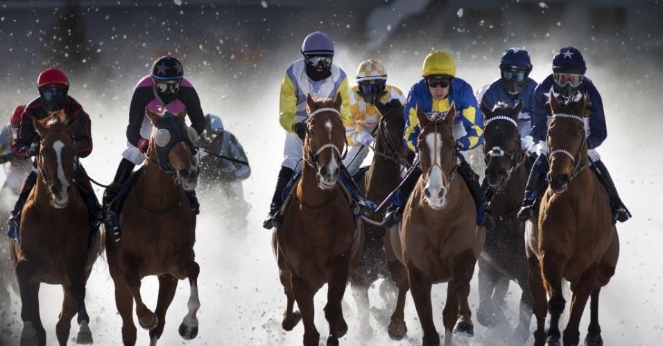 03.fev.2013 - Cavalos correm sobre a neve com proteção contra o frio em prova de ture em lago congelado na Suíça