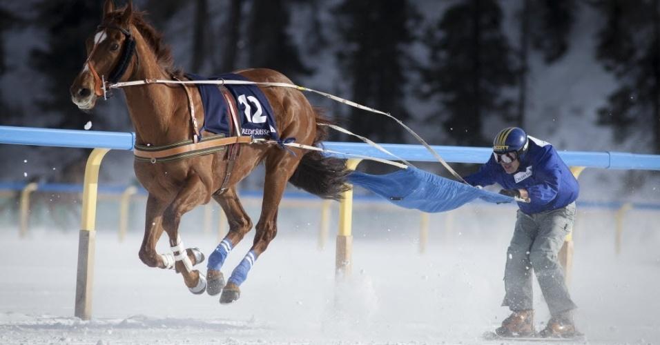 03.fev.2013 - Esquiador participa de corrida com cavlaos em competição bizarra na Suíça