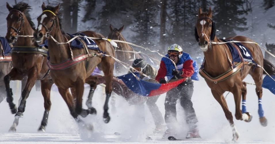 03.fev.2013 - Esquiadores são conduzidos por cavalos em alternativa corrida disputada sobre um lago congelado na Suíça