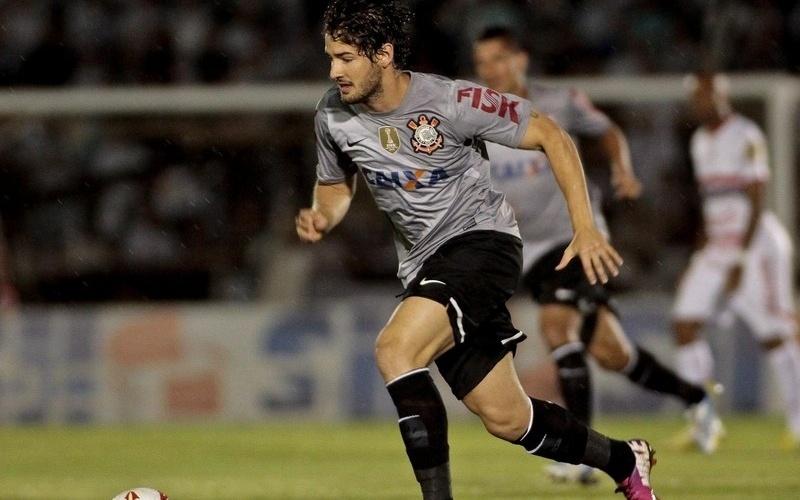 06.02.2013 - Alexandre Pato, atacante do Corinthians, corre e se esforça no empate por 0 a 0 com o Botafogo-SP