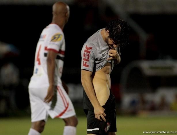 06.fev.2013 - Alexandre Pato abaixa o calção para verificar a coxa após levar pancada em jogo contra o Botafogo-SP