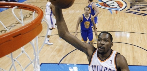 06.fev.2013 - Kevin Durant salta para cravar na vitória do Oklahoma City Thunder sobre o Golden State Warriors
