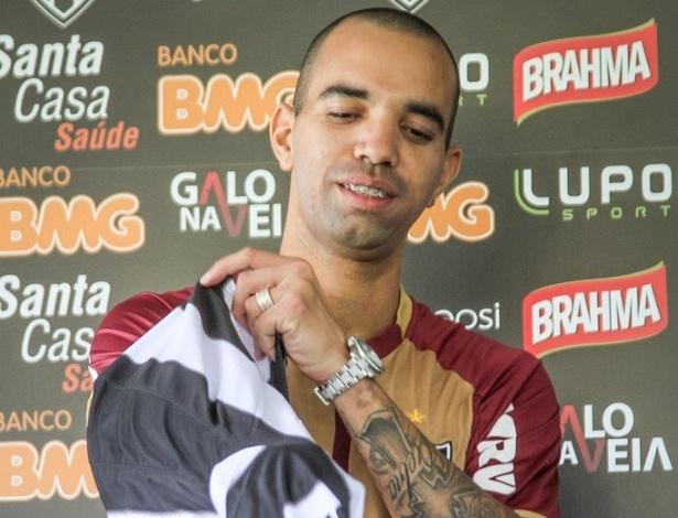 07/02/2013 - Diego Tardelli veste a camisa do Atlético-MG na Cidade do Galo