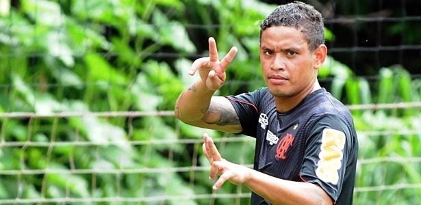 07.dez.2012 Carlos Eduardo acena para fotógrafo após treino do Flamengo no CT Ninho do Urubu
