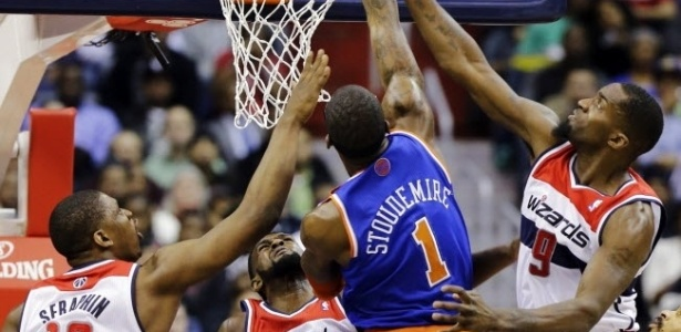 07.fev.2013 - Amare Stoudemire tenta cesta no jogo entre New York Knicks e Washington Wizards