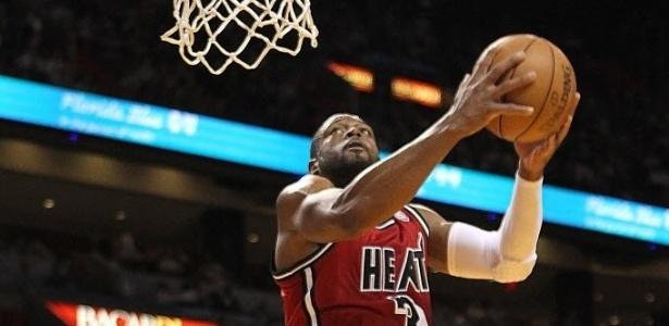 07.fev.2013 - Dwyane Wade voa para dar enterrada na vitória do Heat sobre os Rockets