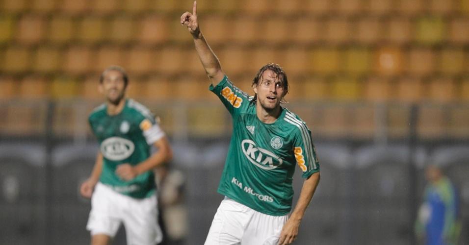 07.fev.2013- Henrique comemor gol marcado contra o Atlético Sorocaba, o segundo do Palmeiras no jogo
