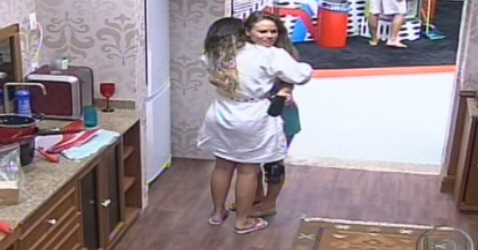 7.fev.2013 - Anamara e Natália se abraçam e fazem as pazes. As duas haviam brigado na festa Energia que Contagia