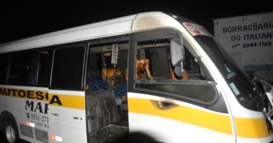 7.fev.2013 - Ao menos dois veículos foram incendiados em um intervalo horas, em Brusque (SC), na noite de quarta-feira (6). Um ônibus foi incendiado na rua Lauro Muller, no centro da cidade, e um automóvel foi queimado na rua Ernesto Appel. Os catarinenses enfrentam uma onda de atentados desencadeada no fim de janeiro. O número de ataques, a maioria contra ônibus e prédios da segurança pública, chegou a 65 em 20 cidades, segundo a Polícia Militar.