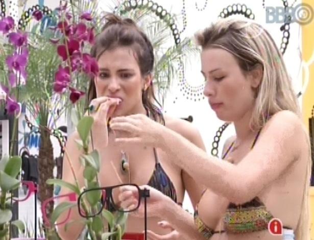 7.fev.2013 - Após encerramento da festa surpresa, Kamilla e Fernanda comem os últimos salgadinhos