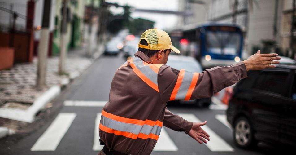7.fev.2013 - Guarda da CET (Companhia de Engenharia de Tráfego) controla o trânsito na região do viaduto Orlando Murgel, que tem tráfego proibido para carros e motos