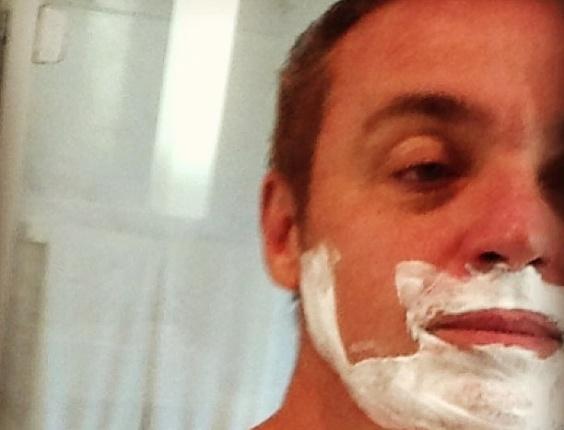 7.fev.2013 - Gugu Liberato publica foto em que aparece fazendo a barba