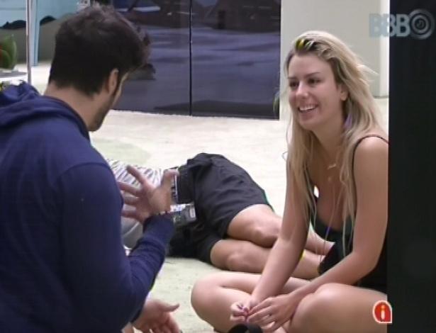 7.fev.2013 - Marcello conta para Fernanda que tem apneia e que às vezes acorda com falta de ar