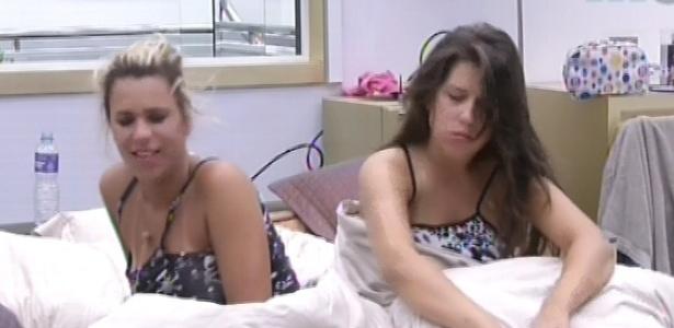 7.fev.2013 - Marien e Andressa acordam forçadas com luzes acesas e toque de despertar