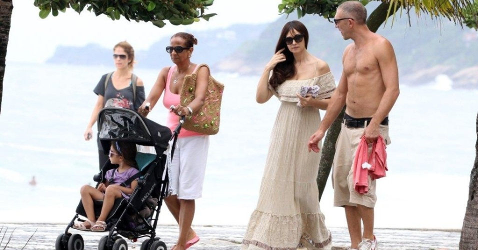 7.fev.2013 - Mônica Bellucci e Vicent Cassel passeiam pelo calçadão da praia de Ipanema, no Rio de Janeiro, com a babá e uma das filhas