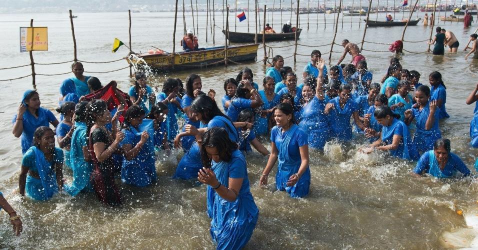 7.fev.2013 - Mulheres indianas se banham na confluência dos rios Ganges e Yamuna durante cerimônia de purificação, nesta quinta-feira (7), em Allahabad