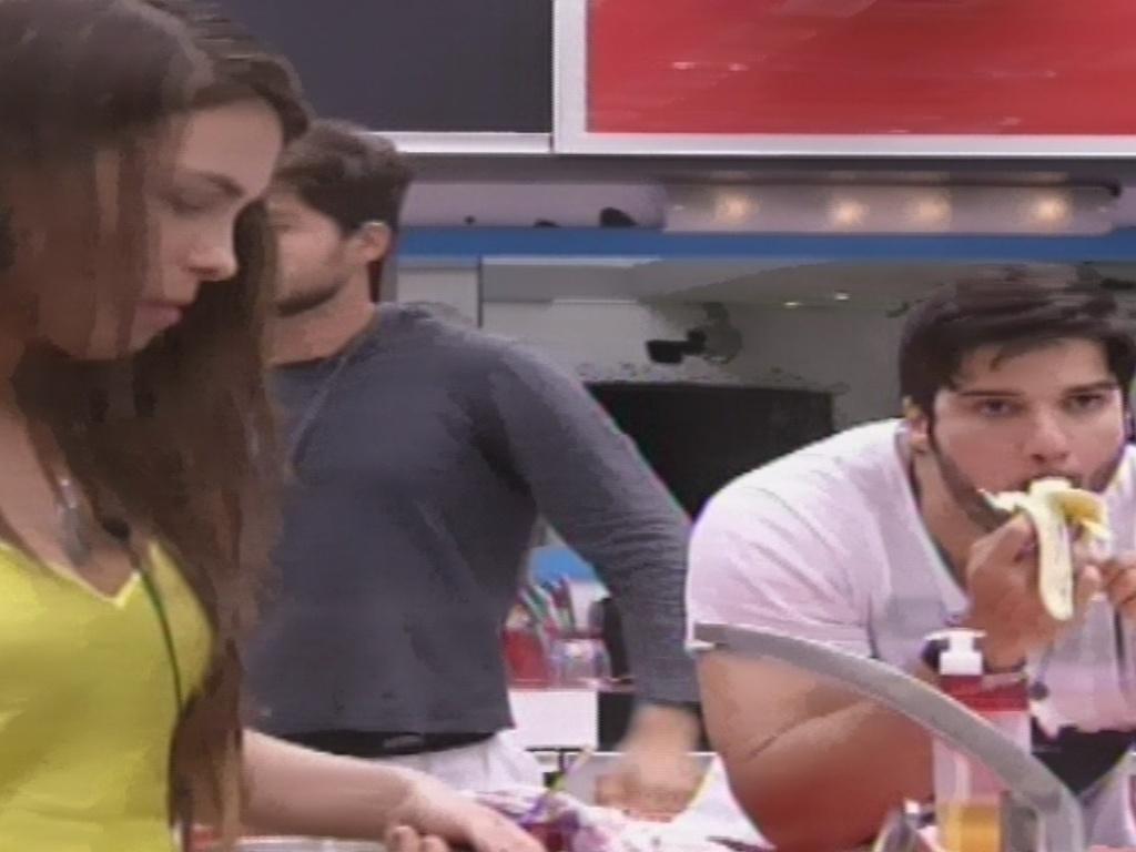 7.fev.2013 - Na cozinha, Kamilla prepara lanche enquanto Marcello come uma banana