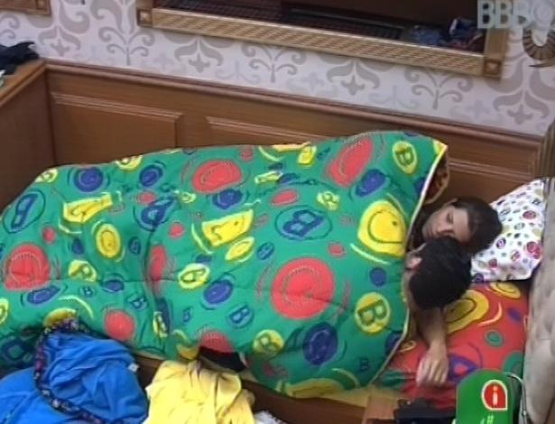 7.fev.2013 - Nasser e Andressa deitam juntos e trocam beijos na cama