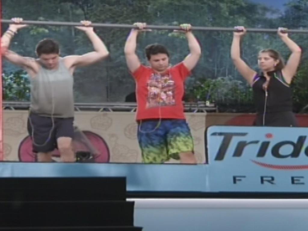 7.fev.2013 - Nasser, Ivan e Andressa disputam a quinta prova do líder do